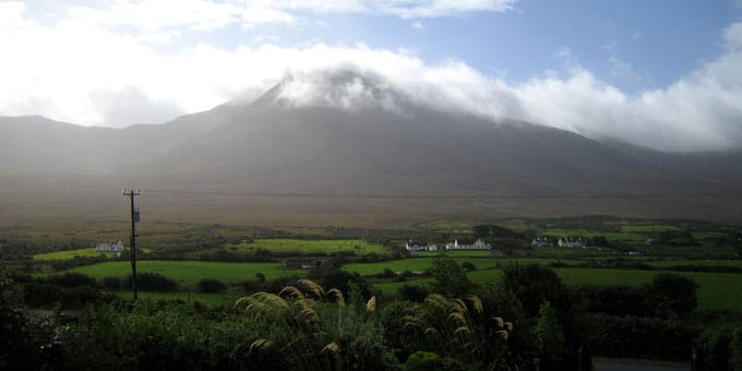 Croagh Patrick in Irland im Nebel