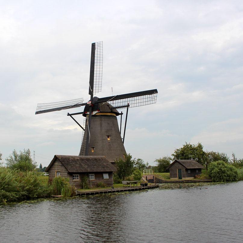 sehenswuerdigkeiten-den-haag-Kinderdijk-suedholland-reisetipps-niederlande-muehle-mit-haeusern