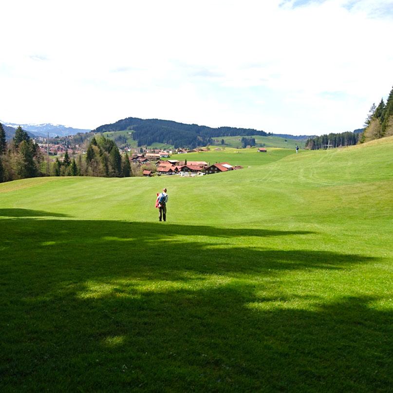 haubers-alpenresort-oberstaufen-allgaeu-bayern-hoteltipp-deutschland-klimapfad-wiesen